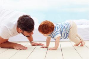 Vater betreut sein Kind- Foto IStock ©olesiabilkei