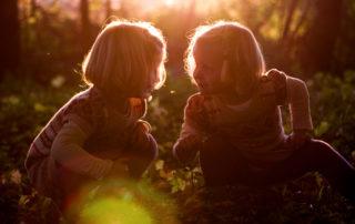 Kinder_sicher_gebunden_Freundschaft_riskiers_photocase