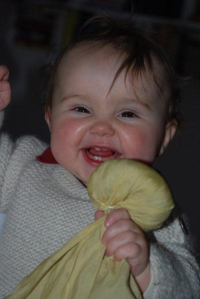 Kind spielt mit Liebhabtuch - Foto © Gabriele Pohl