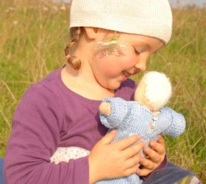 Kind spielt mit Puppe zum Liebhaben - Foto © Gabriele Pohl