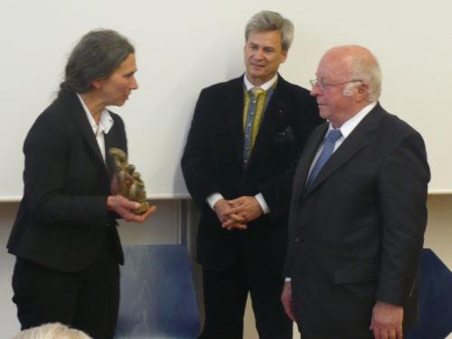 Auszeichnungen - Maria Steuer überrreicht den Matejcek-Preis 2013 an Norbert Blüm